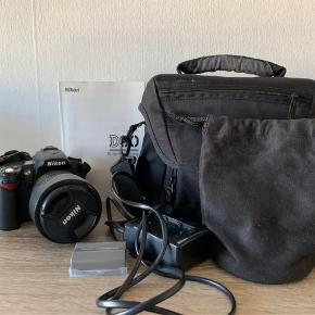 Nikon D90 spejlrefleks kamera. Brugt let og stadig super fint.   Der medfølger to batterier, lader, taske (lettere brugt), Nikon d90 vejledningsbog, taske til linse, kamerahus, linse samt beskyttelsesglas til linsen og plast beskyttelse til over skærmen bagpå.
