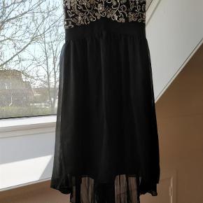 Brand: Little Mistress Varetype: Sød kjole Farve: Se billeder Prisen angivet er inklusiv forsendelse.  Brugt 1 gang. Der har været stropper til, men disse haves ikke længere. Et brugt stropløs