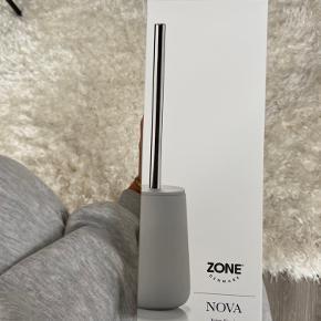 Toiletbørste fra Zone i modellen Nova og i farven Soft Grey. Helt ny og stadig i original kasse og emballage