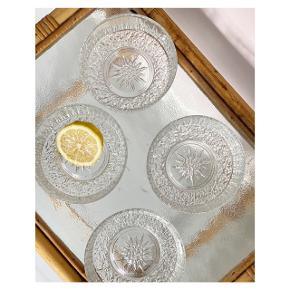Fine glasskåle med detaljer 🥣 ⠀ Pris pr. stk 50 kr ⠀ H 5,5cm Ø 12 cm ml 300   Instagram: vintage.vips