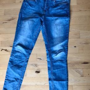 Det er en (lille) str. 46. Denimblå farve og lidt stretch. Model Skinny Regular ankel. Brugte, dog er der ikke rigtig noget slitage.   #30dayssellout   67,- + fragt. Sender med Dao kr. 37,-Bytter ikke. Køb flere annoncer og få mængderabat 💸 har bl.a. flere par jeans til salg.  Kan afhentes i Odense.
