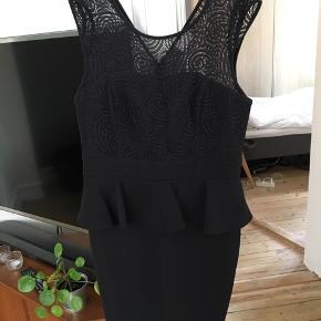 Super fin peplum kjole med blonde detaljer på brystet. Lukkes med lynlås i ryggen