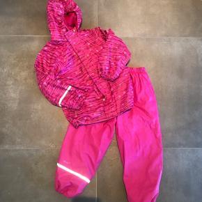 CeLaVi regntøj med fleece for indeni. Ikke brugt ret meget og fejler ikke noget.
