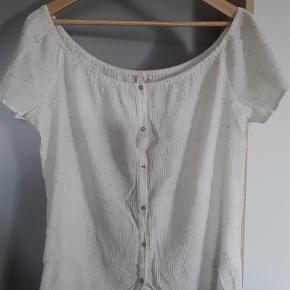 Helt ny bluse, Esprit str.44. Brystvidde 128 cm, længde 65 cm.  Ny bluse Farve: Råhvid