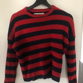 Rigtig fin rød/mørkeblå-stribet sweater, har lidt fnuller forneden som bare kan klippes af.