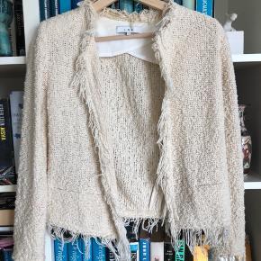 Klassisk jakke fra IRO, sparsomt brugt og er i fineste stand ⭐️  Str 34