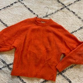 Lækker og blød strik fra H&M i en uld og mohair blanding. Strikken er str. 36 men vil også mene at den passes af en 38. Farven er som på billede 2, og billede 3 er så man kan se modellen.