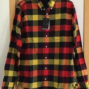 Helt ny lækker skjorte fra T H . Np 800 kr Måler fra ærmegab til ærmegab 57 cm. Længden ca 77 cm. 100 % bomuld.
