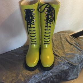 Super skønne ilse Jacobsen støvler i en dejlig lime farve. Sælges da jeg desværre ikke får dem brugt. Køber betaler Porto