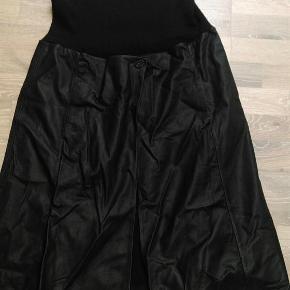 Varetype: Flot og tidsløs nederdel med lammeskind Farve: Sort Oprindelig købspris: 2500 kr.  Super flot nederdel med lammeskind og strik...  Smid et bud   Flere billeder kan sendes