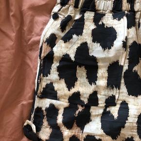 Brugt tre gange. Blanding af silke og hør - super lækre. Big leopard. Bytter ikke.