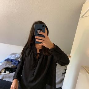 Sød sort bluse som kan bruges til lidt af hvert, den er ikke blevet brugt særlig meget, så skal bare af med den inden jeg flytter.   Ny pris: 209 kr.  Størrelse: S