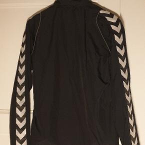 Let træningsjakke fra Hummel, købt til mænd i str M (men kan sagtens bruges til kvinder)  Hvis man køber jakken sammen med bukserne, jeg også sælger, kan man få sættet til 200kr ☺️