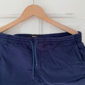 Mørkeblå shorts fra Mads Nørgaard i modellen Boris Perley. Brugt få gange og i god stand.
