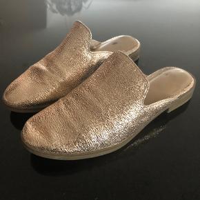 Loafer i guld med blød behagelig gummisål i normal størrelse 37 - kun brugt 2 gange så de er i super stand.