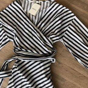 Flot kjole i sort og hvid Strib. Flotte flæser og pufærmer. I kraftigt bespise materiale.  Ny med prismærke 💃🏻  Sender gerne på købers regning 🚛  ‼️SE OGSÅ MINE ANDRE ANNONCER‼️