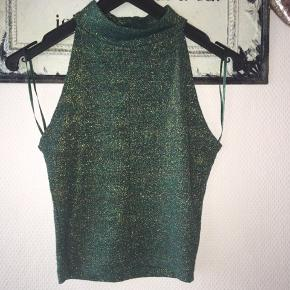 Grøn glimmer crop top med høj hals fra gina tricot i en str. xs - i fin stand 🌸