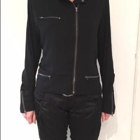 Varetype: Trendy Sort skjorte bluse med smarte detaljer - Str. M Farve: Sort Oprindelig købspris: 699 kr.  Second Female Sort skjorte/bluse - str M.  Aldrig brugt.   Modelen er i jakke snit i dejlig let stof.   Armlængde indvendig : 48 cm Ryg længde 61 cm  Vægt 225 gr.   IKKE RYGER HJEM & INGEN HUSDYR.  Sendes med Dao365 til nærmeste udleveringsted medmindre andet aftales.   Samler gerne flere køb.