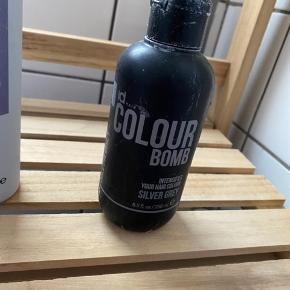 Super effektiv hår bombe i farven Silver Grey sælges billigt  Sælges udelukkende da jeg har skiftet hårfarve Brugt maks 2 gange så der er stadig massere i   - Kan afhentes i Greve eller sendes med DAO mod betaling af porto