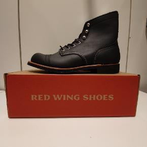 Red Wing 8084 us9.5 euro 42.5  Ikonisk støvle fra Amerikanske Red Wing, håndlavede støvler i høj kvalitet.  Prisen er fast