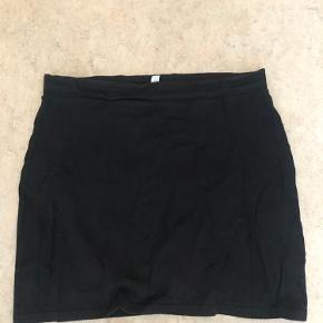 Sort basic nederdel fra H&M  BYD Kan evt. komme med oveni et andet køb