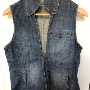 Jeans-vest med fine detaljer. Prisen er fast