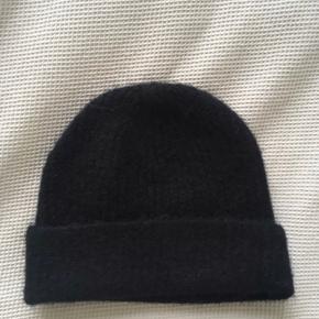 """Den populære """"Cozy Wool"""" hue fra Filippa K.  HELT ny aldrig brugt Nypris: 700  BYD GERNE ✨👍🏻"""