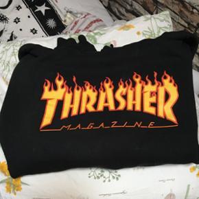 Sælger min Thrasher hættetrøje Det er en størrelse M Kan også bruges som oversize  Fragt er 38 kr :)  Nypris 650