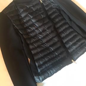 Brugt 2 gange. Er registreret ved Moncler, den hedder maglia. Er normal i størrelsen. Bytter ikke og ønsker ikke bud under 2400.