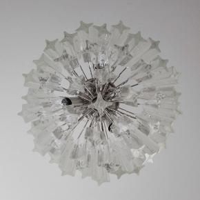 K L A R 〰️ M U R A N O 🤍  Fantastisk Murano lysekrone lavet af 55 Murano gennemsigtige krystalprismer i en nikkelmetalramme // Glasset er i 2 forskellige dimensioner: 26 større og 19 mindre 🌿  Skriv for mål 🌸  Sender gerne 👌🏻