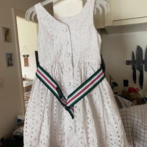 Prisen er fast og ekskl. fragt Den smukkeste Ralph Lauren kjole i kraftigt tykt broderet stof. Str. 3 år. Kjolen fremstår helt som ny. Det tilhørende bælte har en mindre plet på indersiden som ikke er forsøgt fjernet. Bæltet kan i øvrigt tages af uden at det påvirker brug af kjolen.