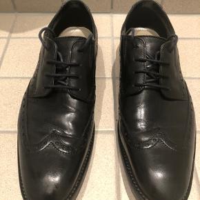 Næsten som nye og uden særlige spor efter brug (lugtgener, ridser, huller etc.).  Virkelig lækker sko fra kendte Clarks i god kvalitet og behagelig at have på.  Smart detalje med blå sål (ses kun under) og mørkeblå snørebånd (kan jo skiftes ud med sorte, hvis man ønsker det).  Passer både til pæne bukser og jeans.  Er desværre købt lidt for store og derfor sjældent brugt.  Nypris: kr. 849 (kvittering haves).  Kom gerne med et bud.