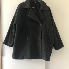 Flot oversized jakke fra monki, brugt få gange. Str. Xs  40 kr.   + fragt 38 kr. Hvis den skal sendes 🌸