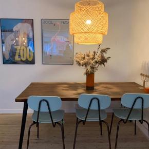 Grundet flytning sælger vi vores fantastiske spisebord + bænk fra Hipstory ☀️🌟 det er et 6-mands bord men man kan sidde flere om bordet når det trækkes ud 💛 Bordet er flot og vedligeholdt, har kun ét mærke der ses på sidste billede og kan klares med en gang behandling.    den samlede pris er for BÅDE bord + bænk.    Bordets mål er L: 180, B: 87, H: 75  Bænkens mål er L: 160, B: 28, H: 50   Skal afhentes på Amagerbro, og betaling skal gerne ske gennem Mobile Pay 📱   - Tag et kig på mine andre annoncer også 🌼