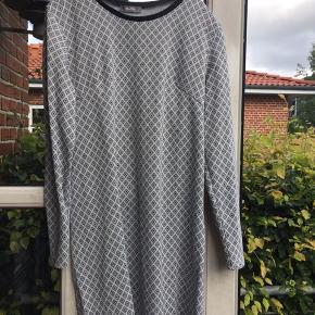 Lækker lidt kraftig kjole fra Cha Cha str. L. Brystmål ca 1 m og længde på kjolen fra skulderen og ned er ca 85 cm.
