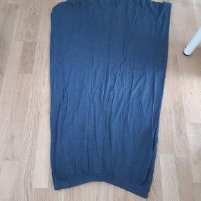 Flot nederdel i grå / blå Brugt men fejler intet  Kom evt med bud