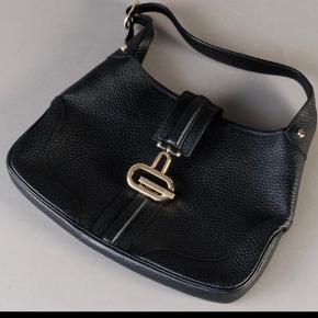 Gucci, sort skuldertaske udført i sort skind med hardware af forgyldt metal.   Indvendigt med et stort rum samt sidelomme med lynlås.   Med regulerbar skulderrem.   Dustbag medfølger.   Mål: 32x21cm  Ny og ubrugt.   BYD RIGTIG GERNE