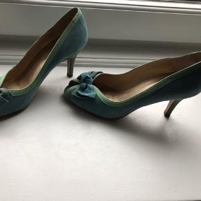 Fine blå ruskindsstilletter kun brugt én gang. Hæler måler: 5 cm. Indpakning og pleje til ruskind medfølger. Køber betaler porto.