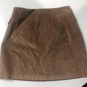 Lækker nederdel - bredriflet fløjls look - 100 % bomuld .  Aldrig brugt