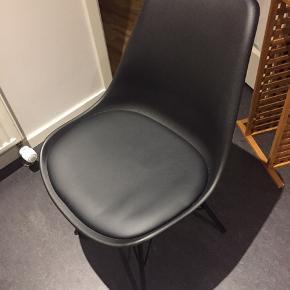 JYSK spisebordsstol. Normalprisen er 499.  Der er to stk. De koster 99 pr. Stk.