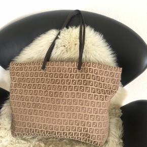 Fendi taske i super god stand🌸✨  28x43 cm