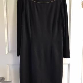 Aldrig brugt men mærke klippet af.   Ærmer i Jersey (elastisk) resten af kjolen er en anelse elastisk så den sidder pænt og behageligt.   Talje: 2x41-42 cm  Længde (skulder ned): 90 cm  Materiale: se foto   MP 600 inkl dao