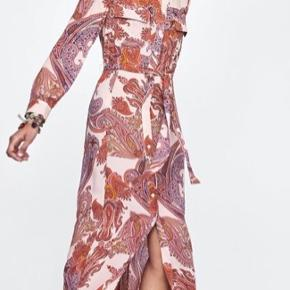 Fin lang kjole med bindebånd i paisley mønster. Kun brugt et par gange, fremstår som ny.