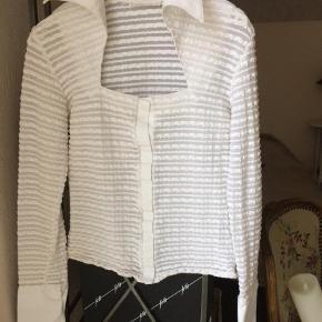Brand: Rayure. Paris Varetype: Bluse Farve: Hvid Oprindelig købspris: 1200 kr.  Klassisk og Lækker, stor flot krave tilsvarende mancetter