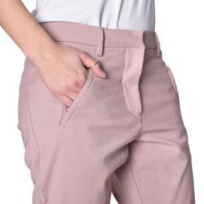 Fiveunits Angelie Zip 7/8 str. 27 og de er jo lidt rummelige. Jeg er str 36 normalt. Har dem i de viste farver. Det er mine absolut favorit bukser.