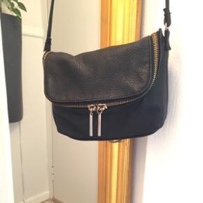 Taske, lille sort 13x19 cm.