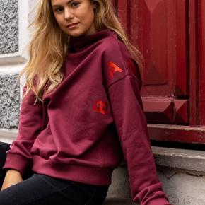 Cool Bordeaux sweatshirt fra Blanche med stort logo. Den er kun brugt en enkelt gang og har ingen brugsspor eller mangler.
