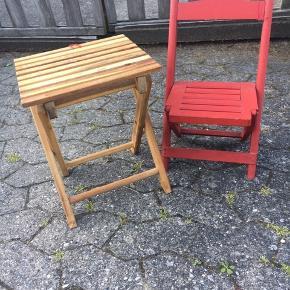 Børne havemøbler : rød klapstol 85kr Naturfarvet klapbord 78kr. Ingen returnering. Afhentes på 8270 Højbjerg.  Reserver gerne når halvdelen af beløbet betalesved reservationen .