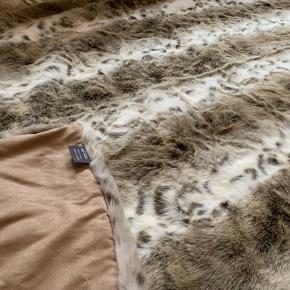 Flot håndlavet sengetæppe/throw i Faux Fur fra den engelske designer Helen Moore i 140x214cm.   https://www.helenmoore.com/products/bed-runner   Nypris cirka 2700kr