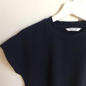 Lækker marineblå t-shirtkjole fra Wonhundred. Kun prøvet på hjemme og skånevasket 1 gang. Ny pris 599  Klik på foto ved 'mød sælgeren' og se alle mine fine ting🌺